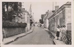D72 - VAAS - RUE DES PONTS ET AVENUE DE LA GARE - (CAR AU BOUT DE LA RUE - FEMMES) - CPSM Petit Format - France