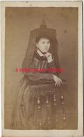A Voir-CDV Vers 1860-spécial Couleur-femme Coiffe Monumentale Noire Dentelles-collier Rouge-région à Déterminer-anonyme - Anciennes (Av. 1900)
