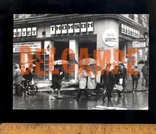Photographie Originale LYON Mai 1968 Vitrine Cassée Magasin THOMSON DUCRETETtélé Lafayette / Solex Velosolex - Plaatsen