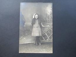 AK Echtfoto Ca. 1910 / 20er Jahre. Frankreich. Mädchen / Kleines Kind Im Kleid Mit Schleife Im Haar - Portraits