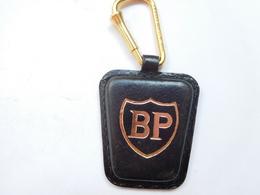 Beau Porte Clés ( No Pin's ) , Carburant Essence BP , En Cuir - Fuels