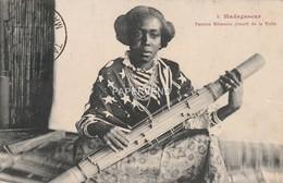 Madagascar  Femme Sihanaka Jouant De La Valie  Mg45 - Madagascar