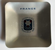 Jeux Olympiques JO Hiver Grenoble 1968 Rare Cendrier Vide Poche Aluminium Métal Marque Riondet - Habillement, Souvenirs & Autres