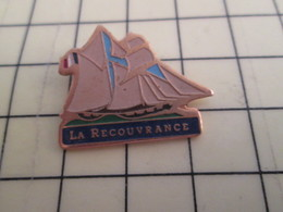 813E Pin's Pins / Beau Et Rare / THEME : BATEAUX / BRETAGNE LA RECOUVRANCE VOILIER VOILE VIEUX GREEMENT - Boats