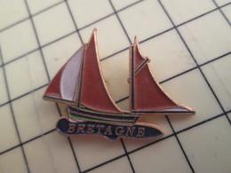 813E Pin's Pins / Beau Et Rare / THEME : BATEAUX / BRETAGNE BARQUE DE PECHE VOILIER VOILE VIEUX GREEMENT - Boats