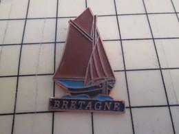 910d Pin's Pins / Beau Et Rare / THEME : BATEAUX / VOILE VOILIER VIEUX GREEMENT BRETAGNE - Boats