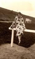 Photo Originale Plage & Maillot De Bain Pour Pin-Up Sexy En Peignoir Sur Balustrade Vers 1930/40 - Pin-up