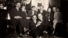 Photo Originale Noël Et Ses Réunions De Famille Agitée Ou Posée - Les 2 Clowns De Service Au 1er Rang - Anonyme Personen