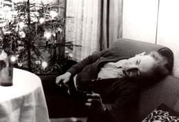Affolante Photo Originale Noël & Coma Sur Canapé Au Pied Du Sapin - Homme En  équilibre Ou Déséquilibre Vers 1960 - Anonyme Personen