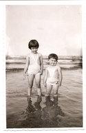 Photo Originale , Enfants En Maillot De Bain Dand L'eau , Dim. 8,5 X 13.0 Cm - Anonymous Persons