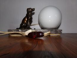 Ancienne Lampe De Chevet Art Déco . Décor Chien Chasse Sur Marbre Interrupteur Zepellin - Lamps