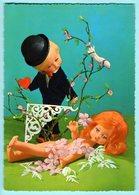 CPA - (Noce)- Des Poupées Ce Font Une Demande En Mariage .avec L'aide D'oiseau Et De Fleurs .. - Noces