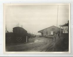 LACOURTENSOURT (31) GARE 1946 PHOTO DE LA HALLE AVANT LE RESCINDEMENT (WAGONS AUTOS CAMIONS) - Lieux