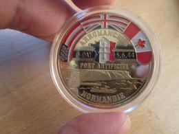 Superbe Medaille Polychrome Commémorative ARROMANCHES DEBARQUEMENT NORMANDIE 1944 Env 40mm état Neuf Jam. Sorti De Boite - France