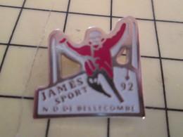 713B Pin's Pins / Rare & Belle Qualité / THEME SPORTS / SPORTS D'HIVER SKI  MAGASIN JAMES SPORT ND DE BELLECOMBE 92 - Winter Sports
