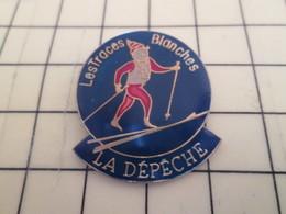 713c Pin's Pins / Rare & Belle Qualité / THEME SPORTS / SPORTS D'HIVER SKIEUR DE FOND LES TRACES BLANCHES LA DEPECHE - Winter Sports