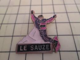 713M Pin's Pins / Rare Et De Belle Qualité / THEME SPORTS : SPORTS D'HIVER SKI SKIEUR STATION LE SAUZE - Wintersport