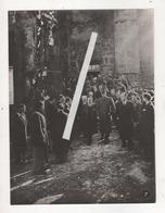 PHOTO GUERRE 1939 45 WW2 DRAME ORADOUR SUR GLANE GENERAL DE GAULLE EN PELERINAGE DANS L EGLISE Ministère Information - War, Military