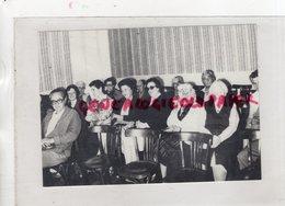 19- BUGEAT-AU COURS D' UNE REUNION DE L' ASSOCIATION DU PAYS VERT A BUGEAT- RARE  PHOTO ORIGINALE ANNEES 80 - Célébrités