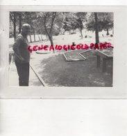 19- BUGEAT-JEAN MARVIER MAIRE DE 1976 A 1990- ADMIRATIF DEVANT LE GOLF MINIATURE - RARE  PHOTO ORIGINALE ANNEES 80 - Célébrités
