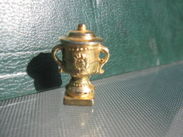 Fève Coupe Tennis En Métal Doré Série Trophée Des Vainqueurs Année 2003  - Fèves - Rare T 4 - Sports