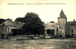 AK 909 /  C P A    MATHIEU   (14) LA FERME DU PAVILLON ET SON DONJON - Autres Communes