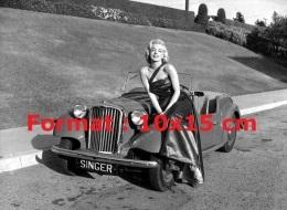 Reproduction D'une Photographie De Marilyn Monroe Assise Sur Le Capot D'une Automobile Décapotable - Reproductions