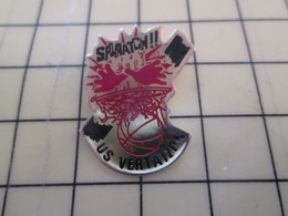 510b Pin's Pins : Rare Et Belle Qualité  SPORTS / BASKET-BALL DUNK SMASH BALLON US VERTAIZON - Basketball