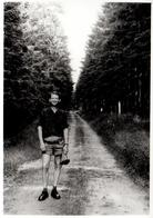 Photo Originale Gay & Charmant Playboy Dans Sa Culotte Tyrolienne, Lederhose & Chaussures De Ville En Forêt - Anonyme Personen