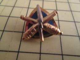 1717 Pin's Pins / Beau Et Rare / THEME : MILITARIA / EN RAPPORT AVEC L'ARTILLERIE 2 CANONS ET UN ECLAIR - Militaria