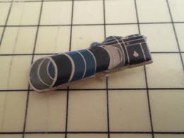 Sp04 Pin's Pins / Beau Et Rare / THEME : PHOTOGRAPHIE /  APPAREIL PHOTO ARGENTIQUE AVEC ENOOOOOOOOORME ZOOM - Photography
