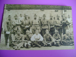 CARTE PHOTO DU 2 JUIN 1923 FORMAT CPA -GROUPE DE SOLDATS - 9EME CHAMBRE DE LA 5EME BATTERIE VERSO INDIQUE - Régiments