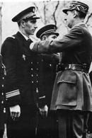 WW2 - De Gaulle Décore Un Officier Du Sous-marin Junon En Angleterre - 1939-45