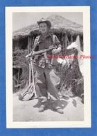 Photo Ancienne Snapshot - Portrait Militaire Français , Régiment à Identifier - Algérie ? Indochine ? Guerre Arme Gun - Guerre, Militaire
