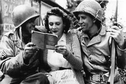 WW2 - Soldats Américains Et Jeune Femme Françaises En 1944 - 1939-45