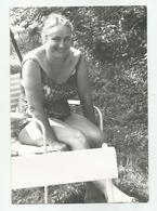 Woman On The Lawn Qa49 -69 - Anonyme Personen