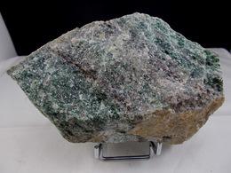 PARGASITE A CORIDON RUBIS AU MOINS 10 VIEILLE BRIOUDE 14 X 10 CM - Minerals
