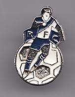 Pin's RFC Rochefort Football Club En Charente  Maritime Dpt 17 Joueur De Football  Réf 1936 - Football
