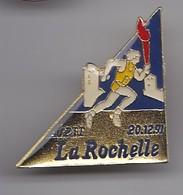 Pin's ASPTT La Rochelle En Charente Maritime Dpt 17 Courreur Avec Flamme Olympique 20/12/91 Réf 1926 - Villes