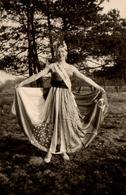 Photo Originale Portrait De La Miss Belle Des Champs Vers 1940 - Princesse Et Robe Patchwork - Danseuse - Pin-up