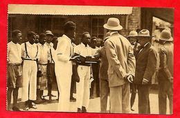CONGO  BELGES  --  Travailleurs  De  L'Ecole  Professionnelle  De  LUISHIA  Présentant Un  Encrier De Malachite Au Princ - Brazzaville