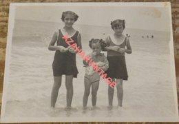Photo Filles En Maillots De Bain Sur La Plage, 90x68mm - Personas Anónimos