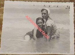Photo, Femme Et Fille En Maillots De Bain Sur La Plage, 90x68mm - Personas Anónimos