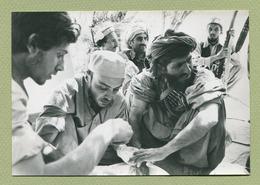 """AFGHANISTAN En 1980 : """" UN RESISTANT SOIGNES PAR DEUX MEDECINS FRANCAIS """"  Tirage Unique 318/500 - Afghanistan"""
