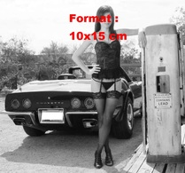 Reproduction D'une Photographie D'une Jeune Femme En Lingeries Appuyée Sur Une Pompe Essence à Côté D'une Corvette - Repro's