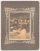 Photo Sur Carton ( 20.5 X 16 Cm ) Serveuse Avec Un Client Dans Un Café ( Photographe Zermas Maroc ) - Lieux