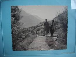 PHOTOGRAPHIE GRAND FORMAT - VALAIS - Sentier Rampe Sud - Après Ausserberg - Valais - 1967 -  12  X 15  Cms - - SUISSE - Orte