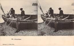 Stéréo - A Marée Basse (Vues Stéréoscopique Julien Damoy) (barque De Pêche, Marins Pêcheurs Et Filet) - Cartes Stéréoscopiques