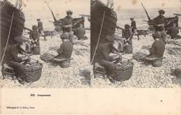 Stéréo - Préparatifs (Vues Stéréoscopique Julien Damoy) (barque De Pêche, Marins Pêcheurs) - Stereoscope Cards
