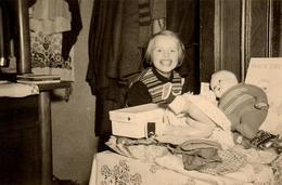 Photo Originale Jeu & Jouet - Portrait Gamine Avec Ses Poupée Les Fesses à L'air En 1954 Noël - Objets
